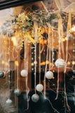 Eleganccy boże narodzenia uliczny wystrój, srebro i biały bauble ornament, obraz royalty free