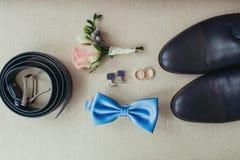 Eleganccy eleganccy ciemni męscy akcesoria na tekstury tle Odgórny widok bloue krawat, buty, obrączki ślubne i Zdjęcia Royalty Free