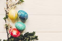 Eleganccy Easter jajka i biali kwiaty na drewnianym tła mieszkaniu Zdjęcie Stock