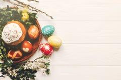 Eleganccy Easter jajka i Easter chleb zasychają i kwiaty na drewnianym Obraz Royalty Free