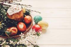 Eleganccy Easter jajka i Easter chleb zasychają i kwiaty na drewnianym Zdjęcia Royalty Free