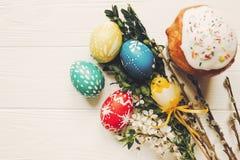 Eleganccy Easter jajka i Easter chleb zasychają i kwiaty na drewnianym Zdjęcia Stock