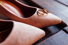 Eleganccy eleganccy klasyczni beżowi buty panna młoda, dwa obrączki ślubnej fotografia royalty free