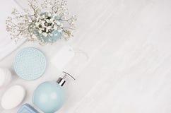 Eleganccy kosmetyki ustawiający akcesoria mydło, ręcznik, mydlana aptekarka i okręgu błękita pastelowi puchary dla piękno opieki  zdjęcia stock