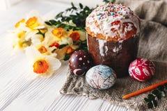 Eleganccy malujący Easter jajka i Easter zasychają na białym nieociosanym drewnie Zdjęcie Stock