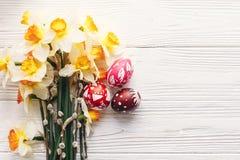Eleganccy malujący Easter jajka na nieociosanym drewnianym tle z spr Zdjęcie Stock