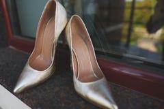 Eleganccy panna młoda ślubu buty na nadokiennym tle Zdjęcie Royalty Free
