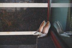 Eleganccy panna młoda ślubu buty na nadokiennym tle Zdjęcia Stock