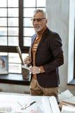 Eleganccy projektant wnętrz mienia kompasy i władca w jego ręki zdjęcia royalty free