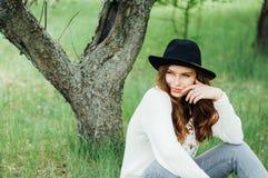Eleganccy wiosna czecha stroje Być ubranym białego bla i pulower Fotografia Stock
