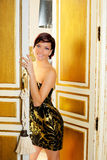Eleganci mody kobieta w pokój hotelowy drzwi Zdjęcie Stock