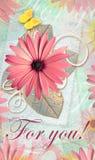 Eleganci pocztówka z pięknymi gerbera kwiatami, motylem i Zdjęcia Royalty Free