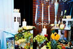 Eleganci wesela stół z jedzeniem i wystrojem płonąca candle Obraz Stock