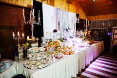 Eleganci wesela stół z jedzeniem i wystrojem płonąca candle Fotografia Stock