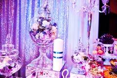 Eleganci wesela stół z jedzeniem i wystrojem płonąca candle Zdjęcia Royalty Free