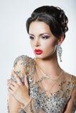 Elegancia. Mujer apuesta lujosa en vestido con las lentejuelas y las joyas imagen de archivo