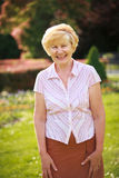 Elegancja. Radość. Szczęśliwa Starsza kobieta Outside z Toothy uśmiechem zdjęcia stock