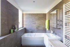 Elegancka łazienka z ciemnymi płytkami zdjęcie royalty free