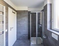 Elegancka łazienka z ciemnymi płytkami obrazy stock