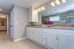 Elegancka łazienka z długim białym bezcelowość gabinetem fotografia stock