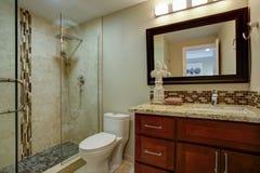 Elegancka łazienka z mahoniową pobrudzoną bezcelowością zdjęcia stock