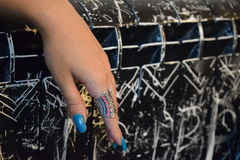 Elegancka żeńska ręka z pierścionkiem obrazy royalty free