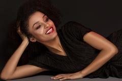 Elegancka afro kobieta pozuje w czerwonych wargach Zdjęcia Royalty Free