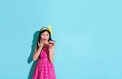 Elegancka atrakcyjna kobieta patrzeje donuts Obrazy Stock