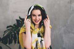 Elegancka atrakcyjna kobieta w kolorowym lecie odziewa, portret gorąca przyszłości matka, kobieta w eleganckim odziewa z zdjęcia royalty free