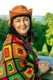 Elegancka atrakcyjna starsza kobieta w jaskrawy wielo- barwionym odziewa zdjęcie royalty free