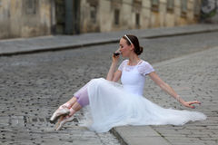 Elegancka balerina pije kawę na ulicie Fotografia Royalty Free