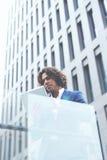 elegancka biznesmen pozycja na zewnątrz mienia i biura cyfrowa pastylka Obrazy Stock