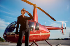 Elegancka biznesowa kobieta blisko helikopteru fotografia stock