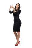 Elegancka biznesowa kobieta w czerni smokingowym opowiada selfie z telefonem komórkowym Obrazy Stock
