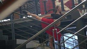 Elegancka blondynka z długie włosy w czerwonym czerń wierzchołku i spódnicie pokazuje w ruchu taniec po środku zbiory wideo
