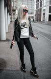 Elegancka blondynki dziewczyna pozuje outdoors Zdjęcie Stock