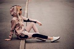 Elegancka blondynki młoda kobieta w pozować outdoors Obraz Royalty Free