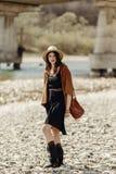 Elegancka boho gypsy kobieta w kapeluszu, krana poncho i butów chodzić, Zdjęcia Royalty Free