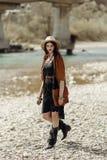 Elegancka boho gypsy kobieta w kapeluszu, krana poncho i butów chodzić, Obraz Stock