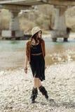Elegancka boho gypsy kobieta w kapeluszu, krana poncho i butów chodzić, Obraz Royalty Free