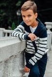 Elegancka chłopiec w okularach przeciwsłonecznych i modnych ubraniach Dziecka ` s moda zdjęcia stock
