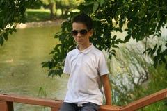 Elegancka chłopiec blisko rzeki Zdjęcia Stock