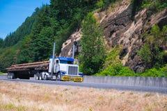 Elegancka ciężarówka z wysoki wydmuchowych drymb odtransportowywać ogromny semi fotografia royalty free