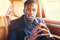 Elegancka Czarna samiec w luksusowym samochodzie obrazy royalty free
