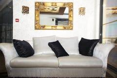 Elegancka czarny i biały kanapa Obrazy Royalty Free