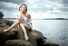 Elegancka dziewczyna pozuje na plaży Fotografia Royalty Free