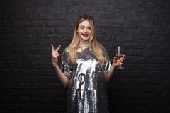 Elegancka dziewczyna pozuje z wineglass Fotografia Royalty Free