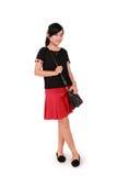 Elegancka dziewczyna stoi niezobowiązująco nad bielem Obrazy Royalty Free