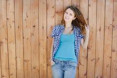 Elegancka dziewczyna z dreadlocks na drewnianym ściennym tle zdjęcie stock