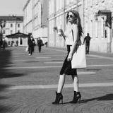 Elegancka dziewczyna z torba na zakupy Zdjęcie Royalty Free